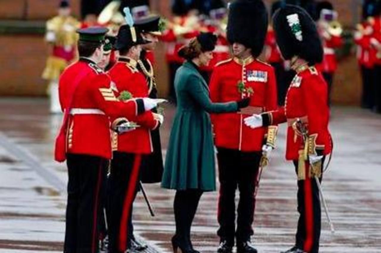 La Duquesa de Cambridge entrega un ramo de tréboles a un miembro del Primer Batallón de Guardias Irlandeses durante un desfile por el Día de San Patricio. Foto/ AP