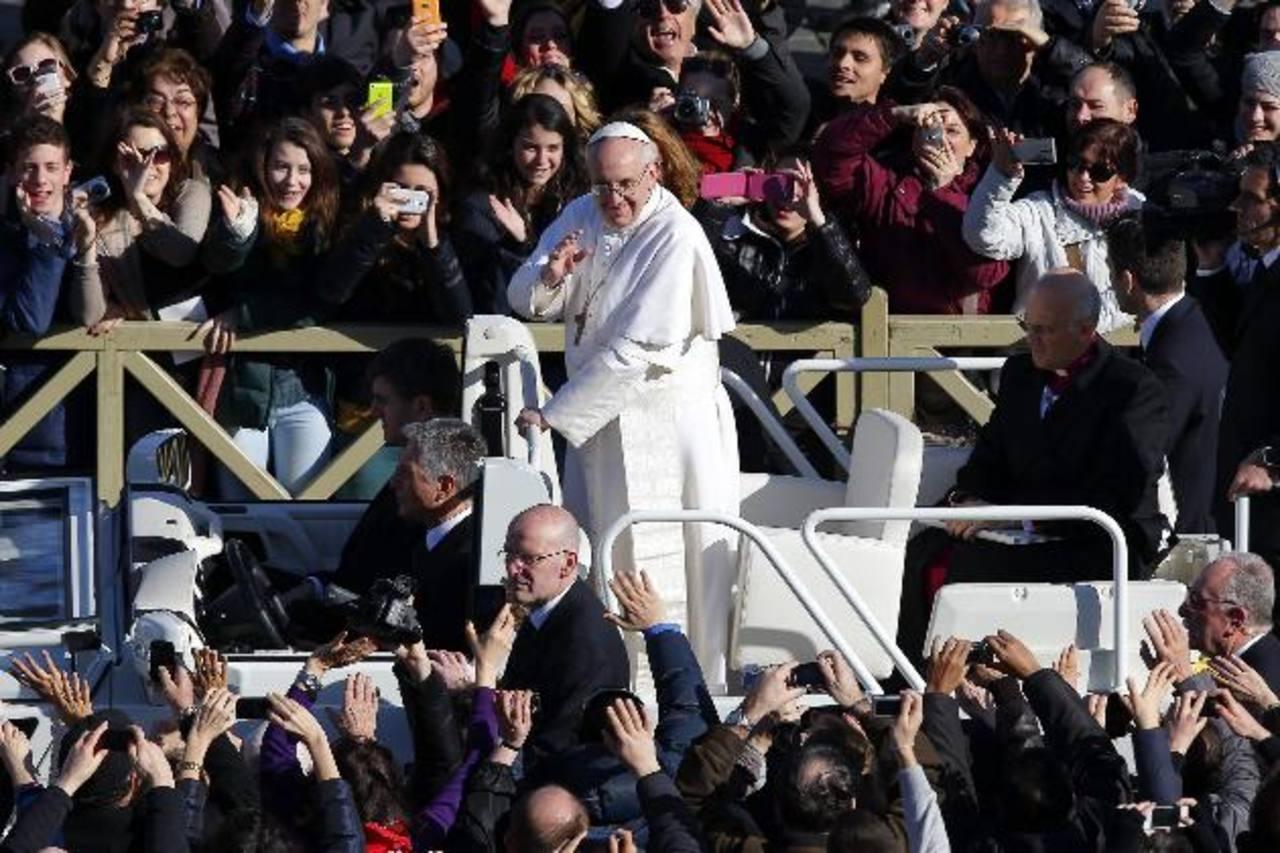 El Papa saluda a los fieles antes de la misa de inicio de su pontificado en la plaza de San Pedro, el 19 de marzo.