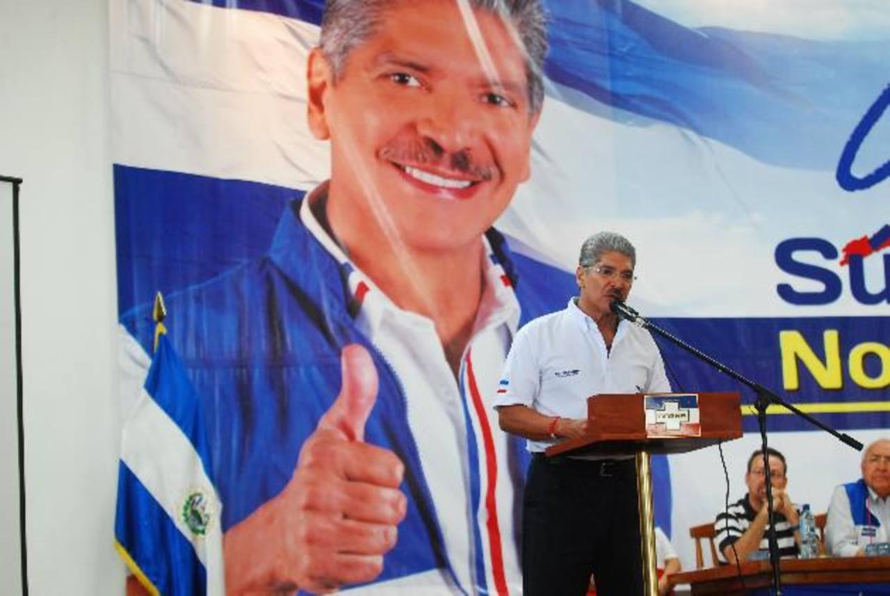 Norman Quijano se reunió ayer con docentes que recopilarán insumos para su plan de nación. foto edh / Marlon Hernández
