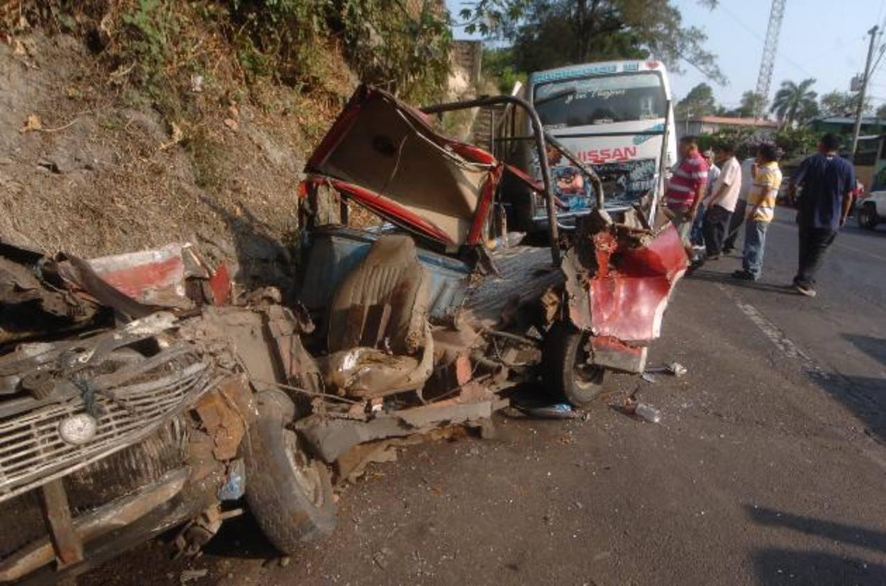 Vista del estado en el que quedó el pickup embestido por el microbús. Foto EDH / Jorge Reyes