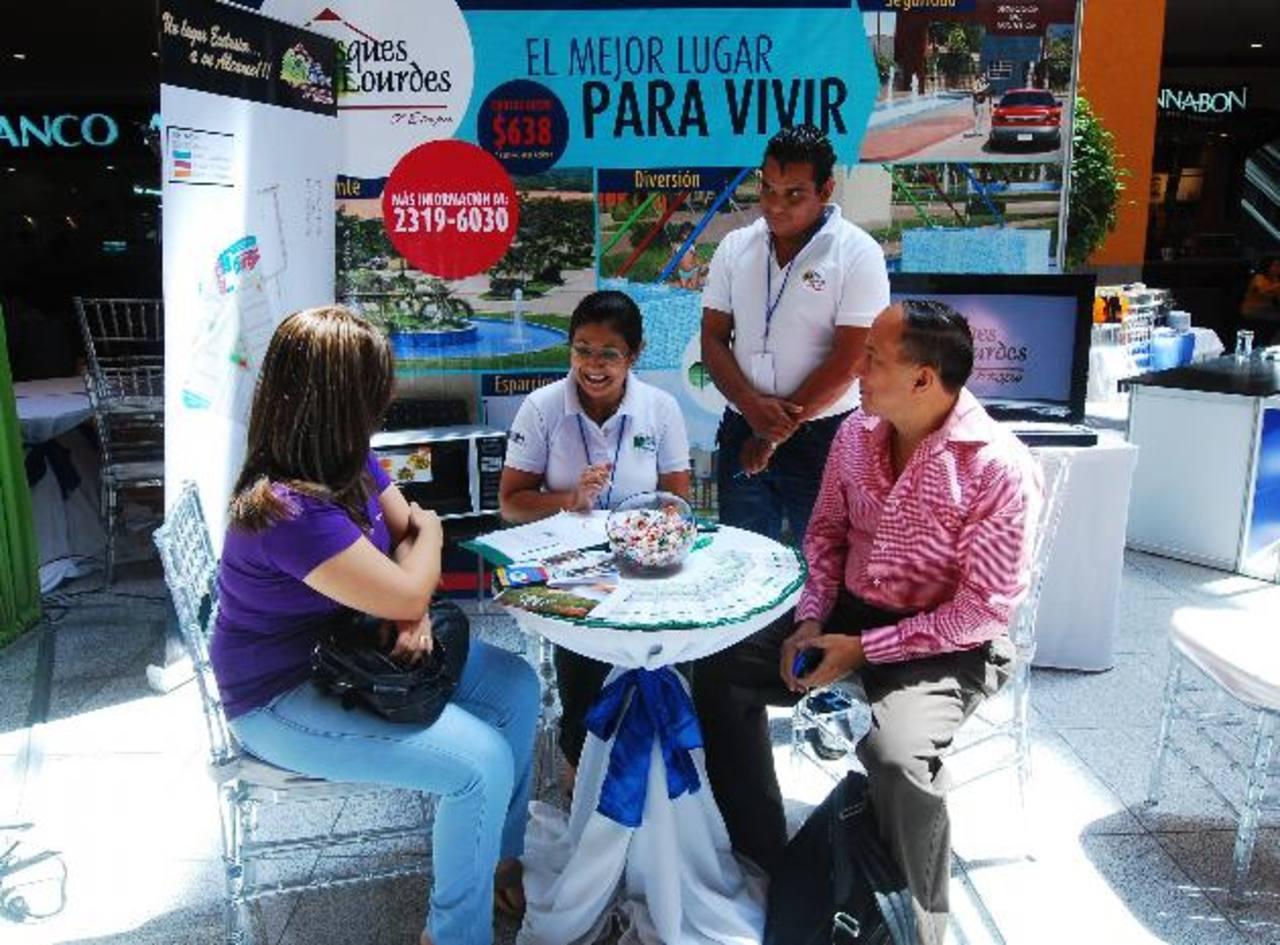 Ayer visitantes de Multiplaza se acercaron a recibir información para acceder a una vivienda. foto edh / Marlon hernández