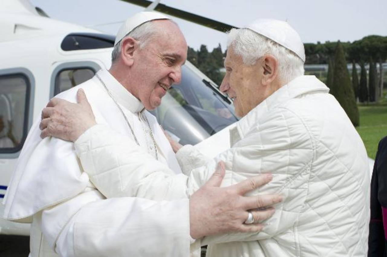 El papa Francisco viajó en helicóptero para almorzar en privado con Benedicto XVI. FOTO REUTERS