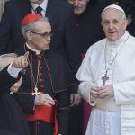 El Papa Francisco sale de la basílica romana de Santa María la Mayor luego de rezarle a la Virgen. Foto Reuters
