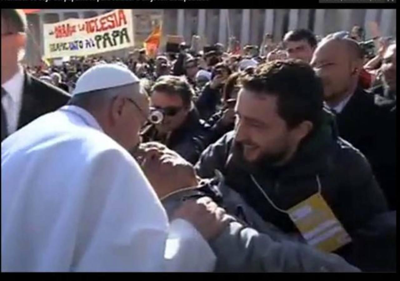 Francisco había advertido a su guardia que iba a parar en el camino para saludar a sus fieles, y lo cumplió.