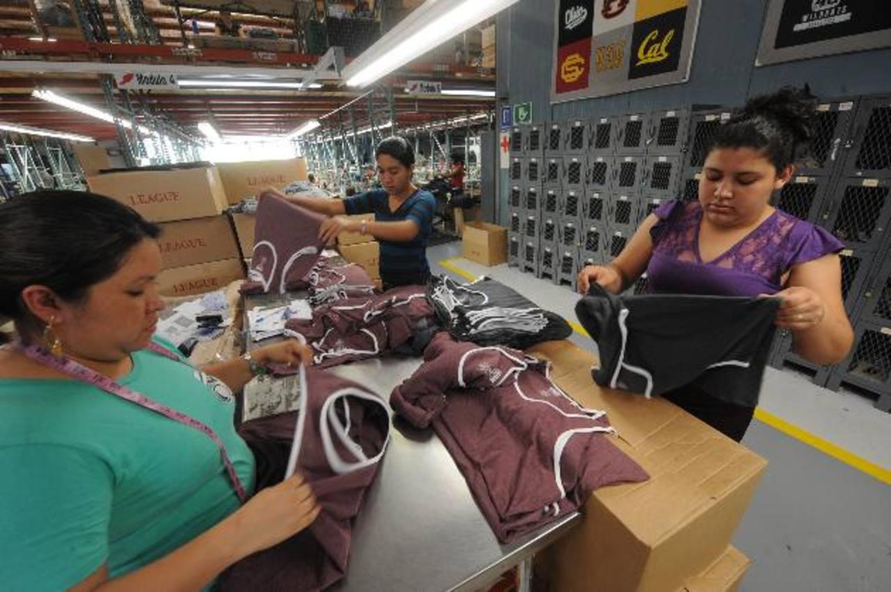 Obreras en plena labor preparando piezas que serán exportadas a EE.UU. edh / L. Monterrosa