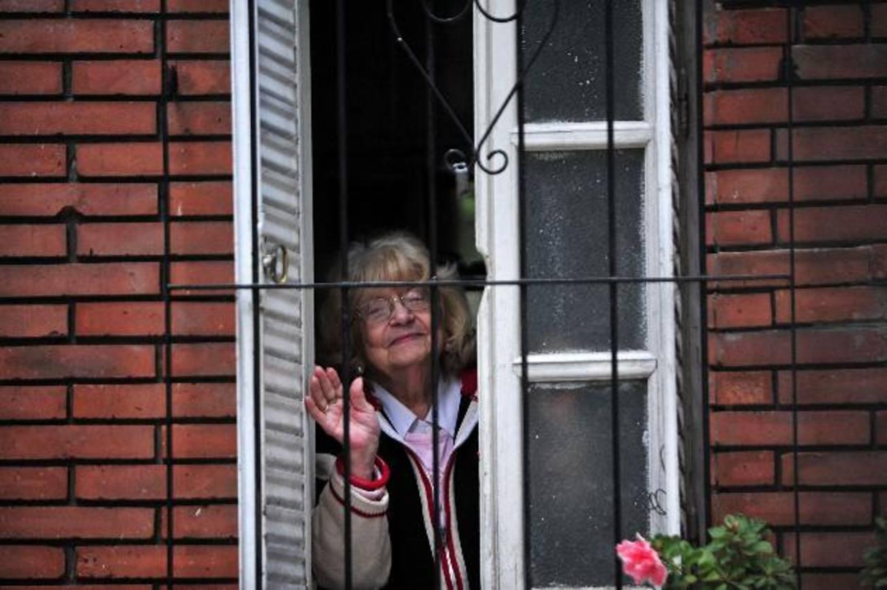 """Amalia, """"exnovia"""" de Jorge Mario Bergoglio, actual papa Francisco, saluda desde su ventana, en Buenos Aires. Foto EDH /efe"""