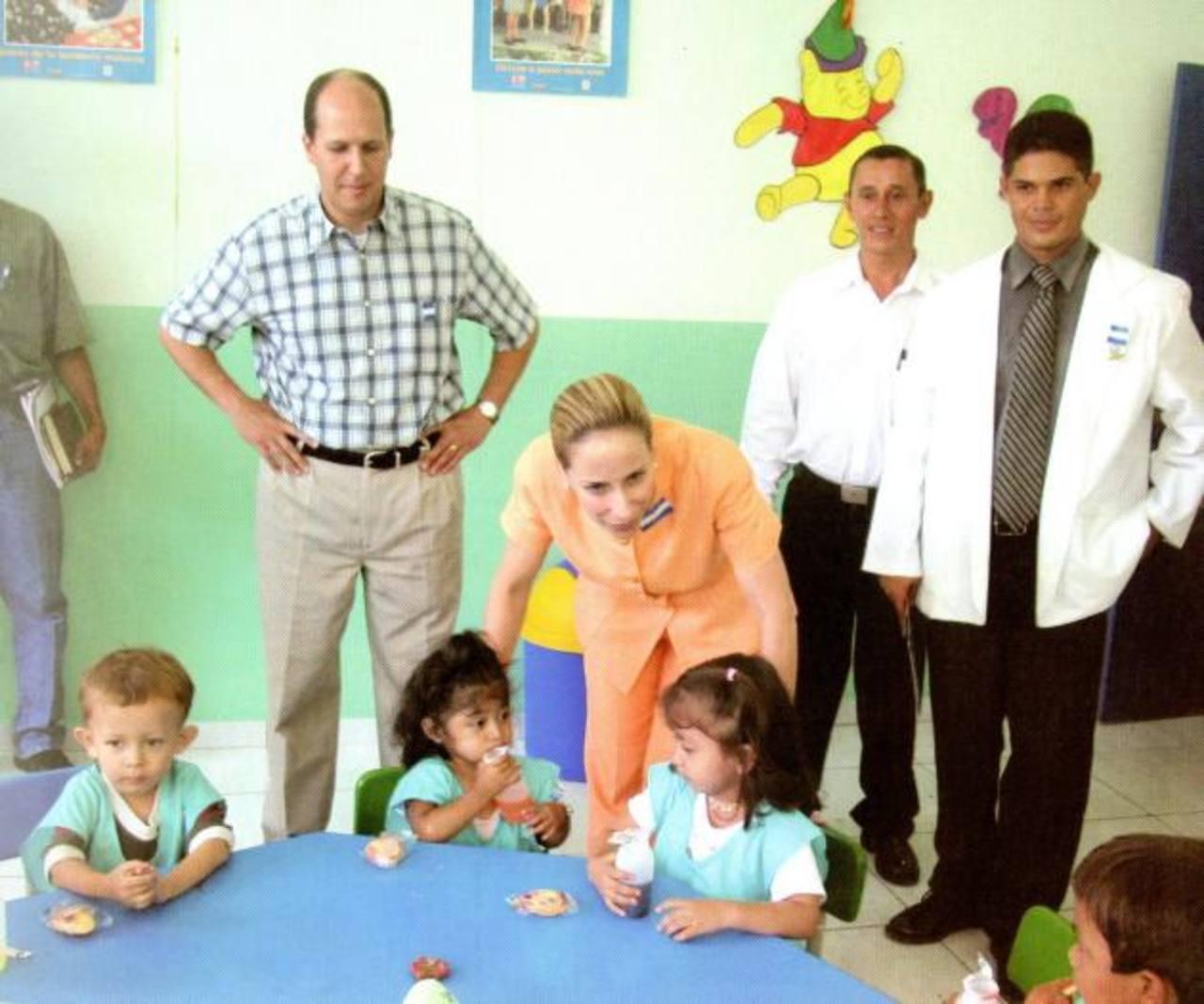 Simán lideró el FISDL entre 1999 y 2004. Acá con la exprimera dama Lourdes de Flores en un evento. foto edh / Cortesía