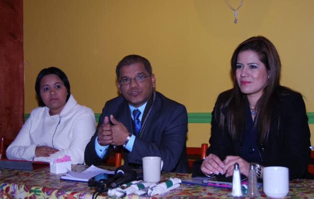 Óscar Ortiz y la diputada del FMLN, Karina Sosa, ofrecen conferencia de prensa en Washington. Foto EDH / tomas guevara