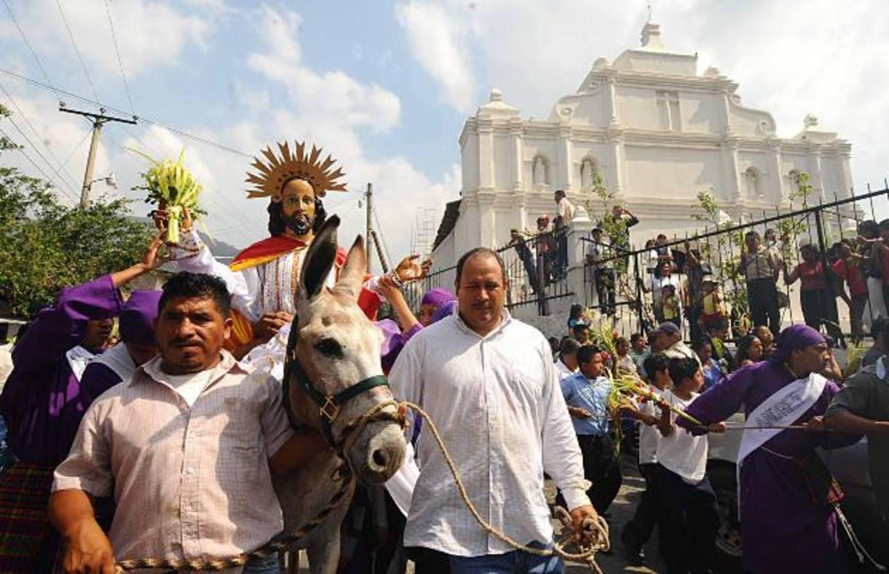 En el municipio de Panchimalco, al sur de San Salvador, y en Suchitoto en Cuscatlán, es común ver la utilización de un burro durante la procesión del domingo de ramos. foto edh /archivo