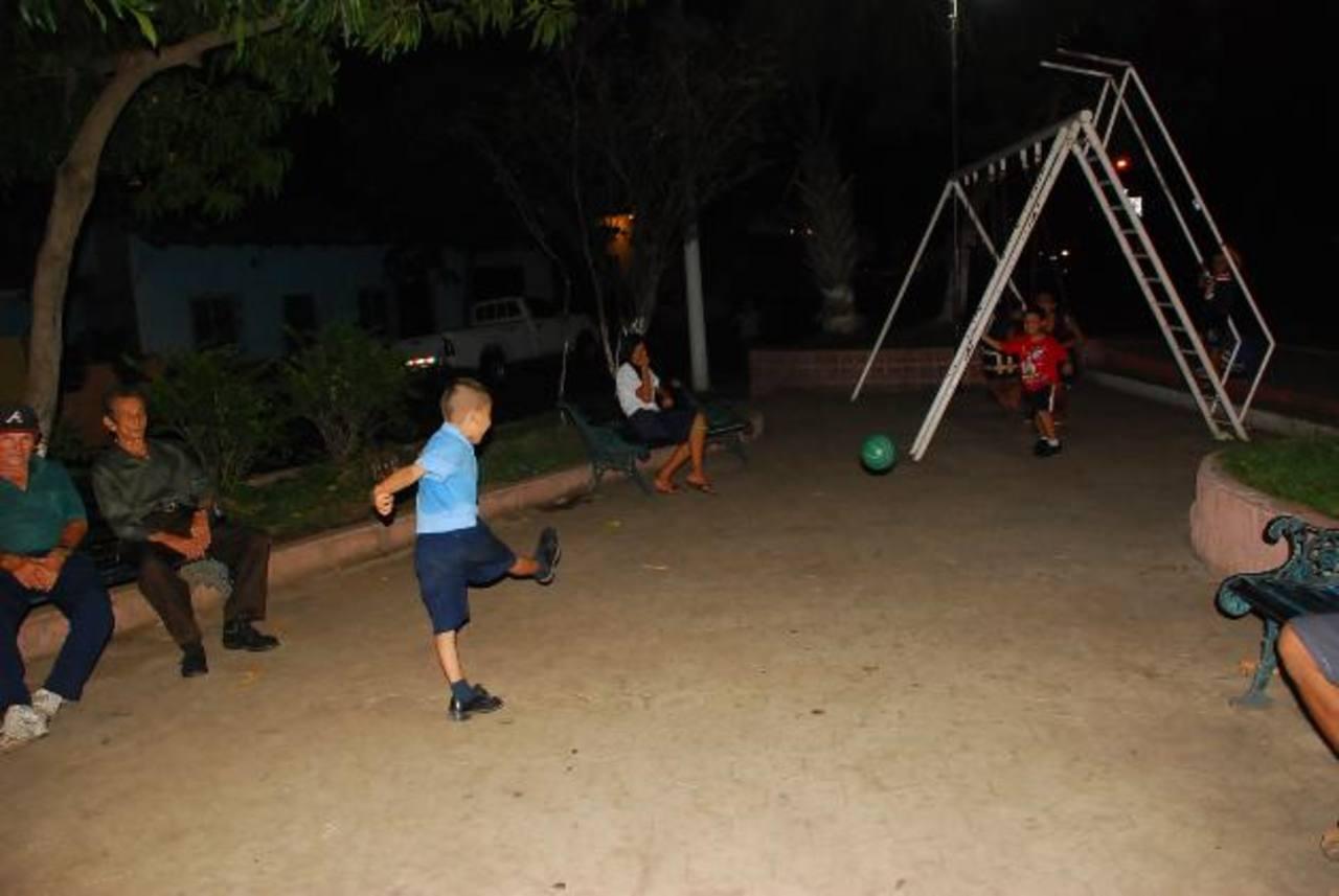 El parque, que ironicamente se llama de la Fuente Luminosa, carece de iluminación adecuada. foto edh / insy mendoza