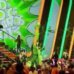 Al final del show inaugural, Christina Aguilera apretó un botón que dejó caer una olda de baba sobre Pitbull y sus bailarines.
