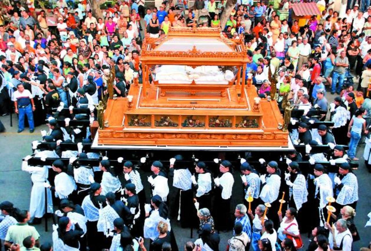 La procesión del Santo Entierro, en Sonsonate, es acompañada por miles de feligreses. Hay mucha solemnidad. Foto EDH / Archivo