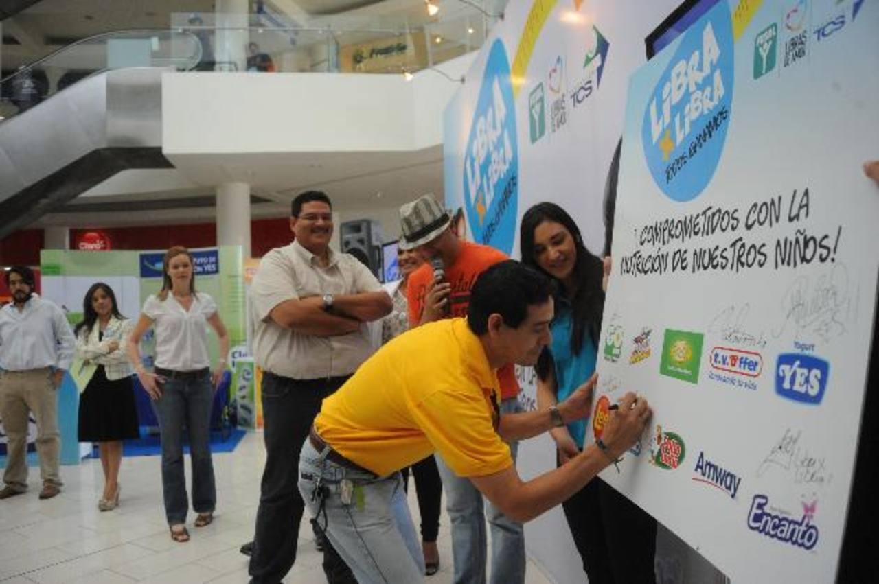 Las 10 marcas que apoyan la iniciativa donarán un porcentaje de sus ganancias para fortalecer las áreas del programa, la campaña estará vigente por cuatro meses en todo el país. Foto EDH / lissette Monterrosa