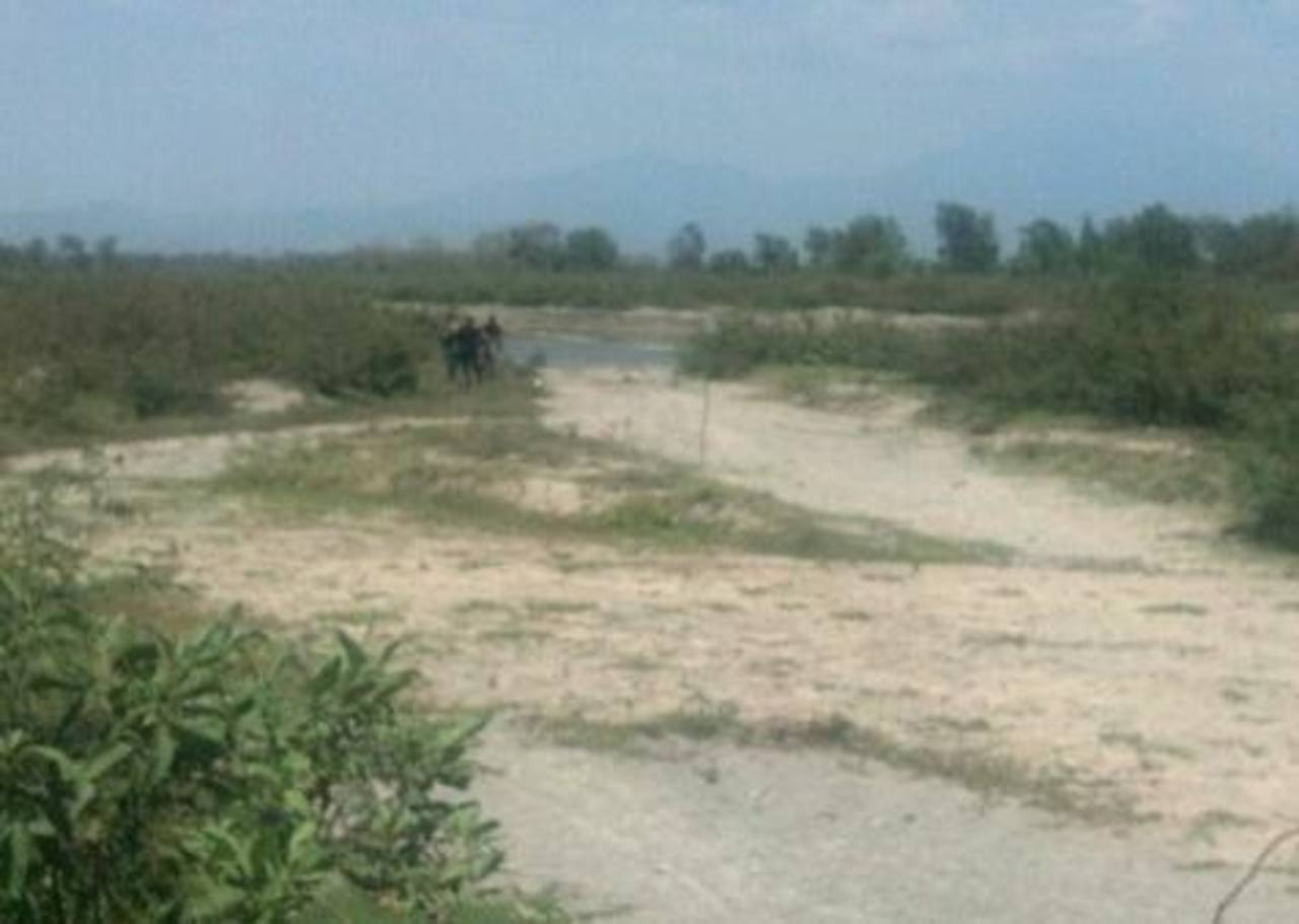 Los cadáveres fueron localizados a las orillas del río Jiboa. Foto Vía Twitter Miguel Villalta