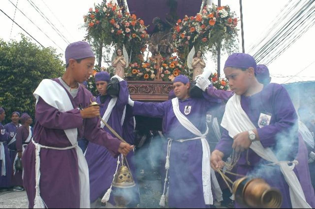 Esta tradición se lleva a cabo el Jueves Santo y participan las diferentes cofradías de Izalco. Foto EDH / Archivo