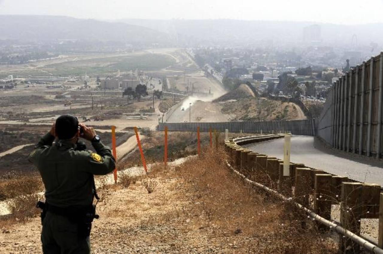 Un agente de la Patrulla Fronteriza de Estados Unidos vigila uno de los puntos en la línea divisoria con México. foto edh / archivo