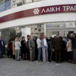 Aunque los chipriotas han hecho fila afuera de los bancos, el retiro de dinero no ha sido masivo ni caótico. foto edh / reuters