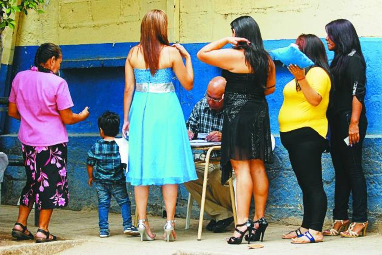 La novia del cabecilla (de azul) fue sometida a un registro superficial por parte de una mujer militar. Foto EDH