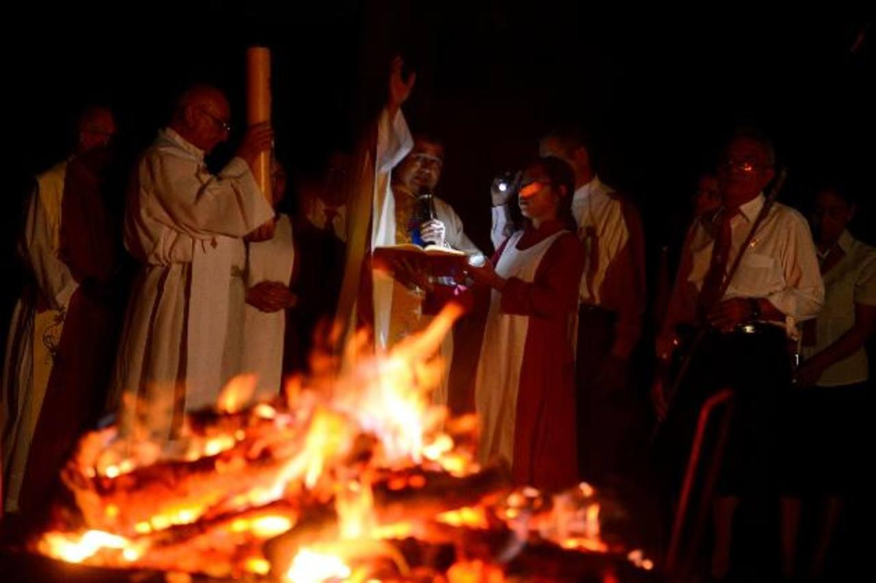 Monaguillos y fieles en procesión con el Cirio Pascual en la iglesia de María Auxiliadora (Don Rúa). Foto EDH / Marvin Recinos