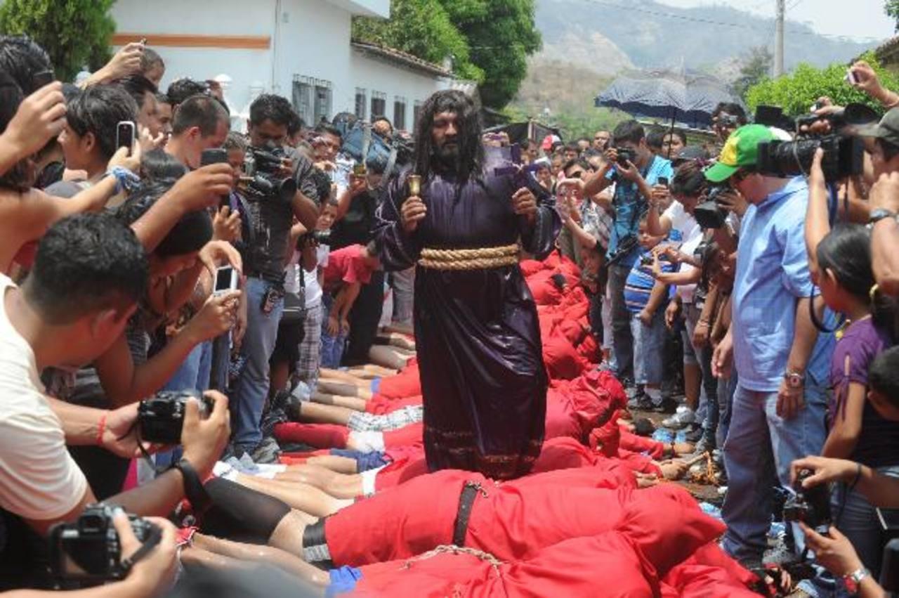 Al final del acto religioso cada talcigüín se lanza al suelo para permitir que Jesús pase sobre sus cuerpos en señal de derrota al mal. Foto edh / archivo