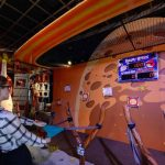 Una visitante que da su mejor esfuerzo en una competencia con otros jugadores en el centro Angry Birds Space Encounter en el complejo del Centro Espacial Kennedy en Cabo Cañaveral, Florida. Foto/ AP