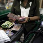 La devaluación hizo que la gente que ganaba $476 ahora gane $325. foto edh / archivo