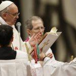 """El Papa celebra su primera """"liturgia de la luz"""""""