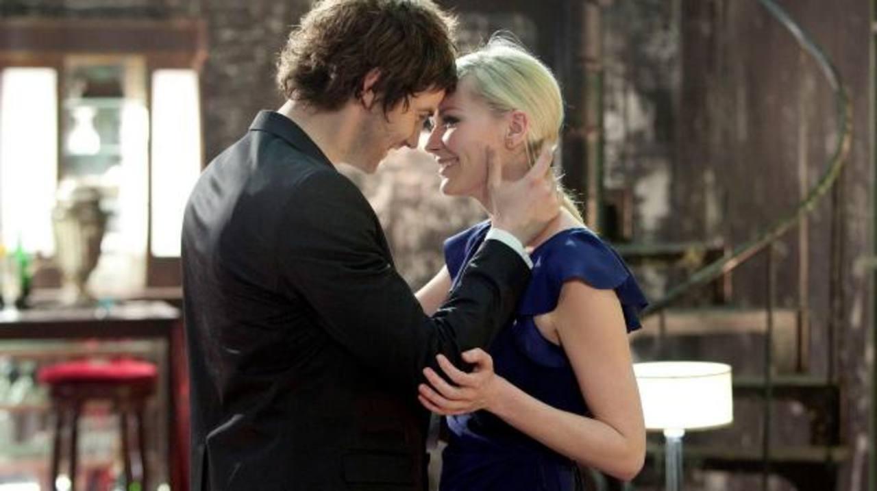"""Los actores Jim Sturgess y Kirsten Dunst en una escena de la película de Juan Solanas """"Upside Down"""", una fantasía romántica que pone de cabeza al mundo entero."""
