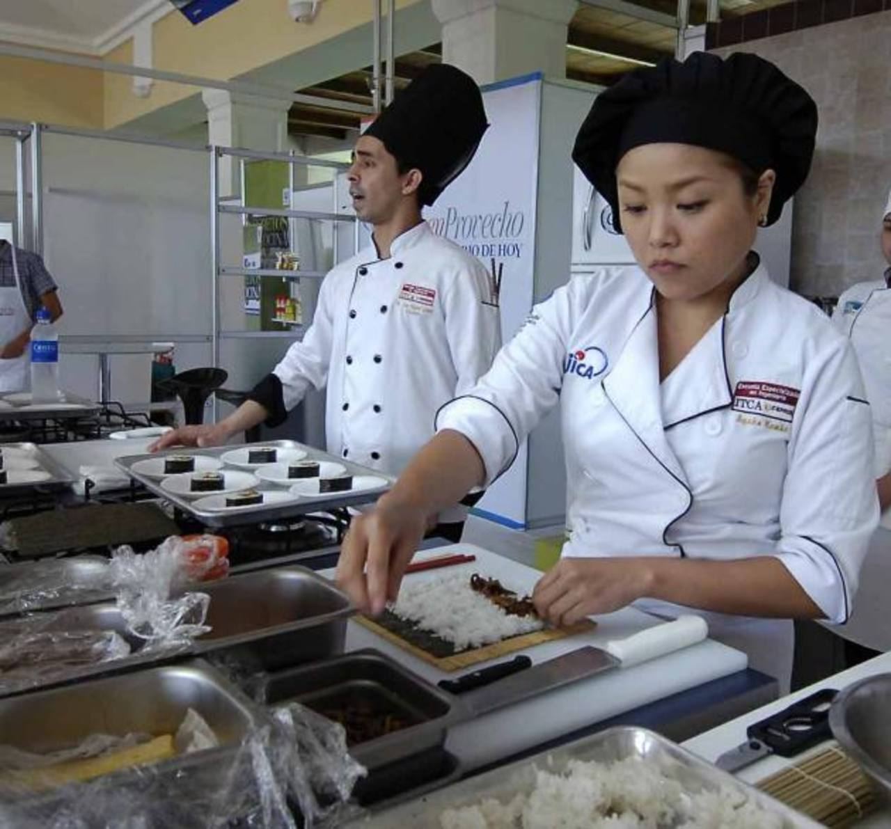 La elaboración de los rolls de sushi fue una de las más concurridas de la mañana. Hubo degustación. fotos EDH/ René estrada