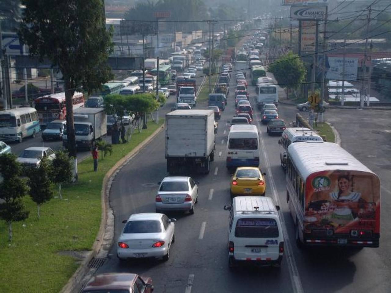 Los transportistas del sector de Soyapango y sus alrededores aseguran que con el Sitramss saldrán de circulación y hasta la fecha no les han dado alternativa alguna para ellos por parte del VMT. Foto EDH
