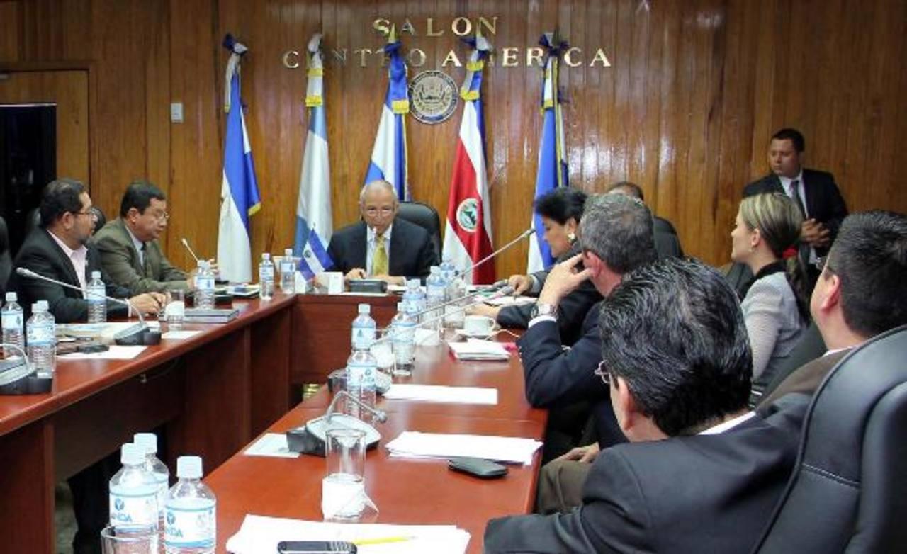El presidente de la Asamblea, Sigfrido Reyes, informó que Silvia Aguilar y Javier Bernal renunciaron a su militancia partidaria.