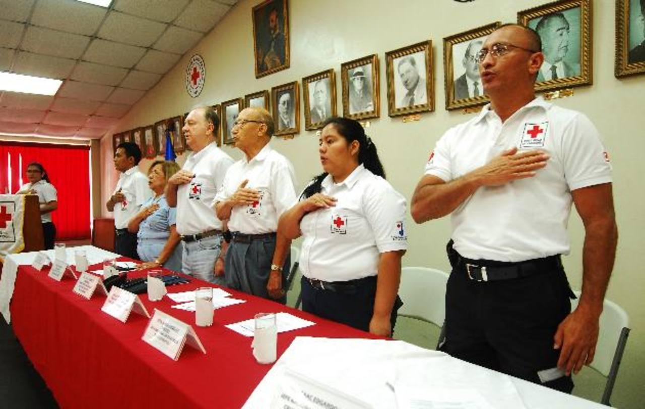 Personalidades y miembros de honor celebraron el festejo de la Cruz Roja del país. Foto EDH / marino Hernández