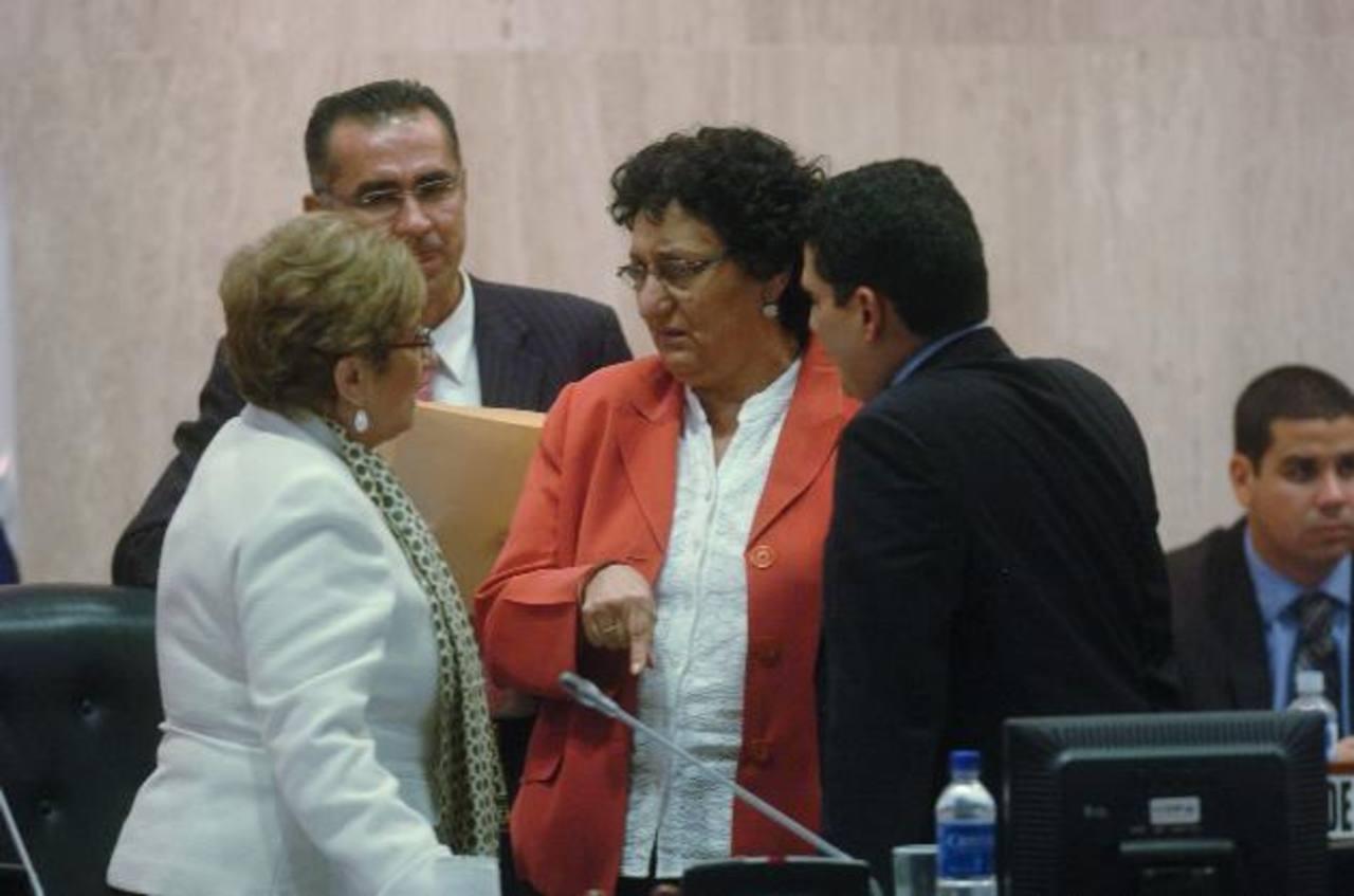 La diputada de ARENA, Carmen Elena de Escalón (izquierda) y Lorena Peña del FMLN, con Roberto d'Aubuisson, también de ARENA, discuten por fondos para el TSE . fotos edh / jorge reyes