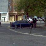 Cerca del Gimnasio Nacional, en este vehículo, fue encontrado el cadáver de un hombre. FOTO EDH Lissette lémus, vía twitter.