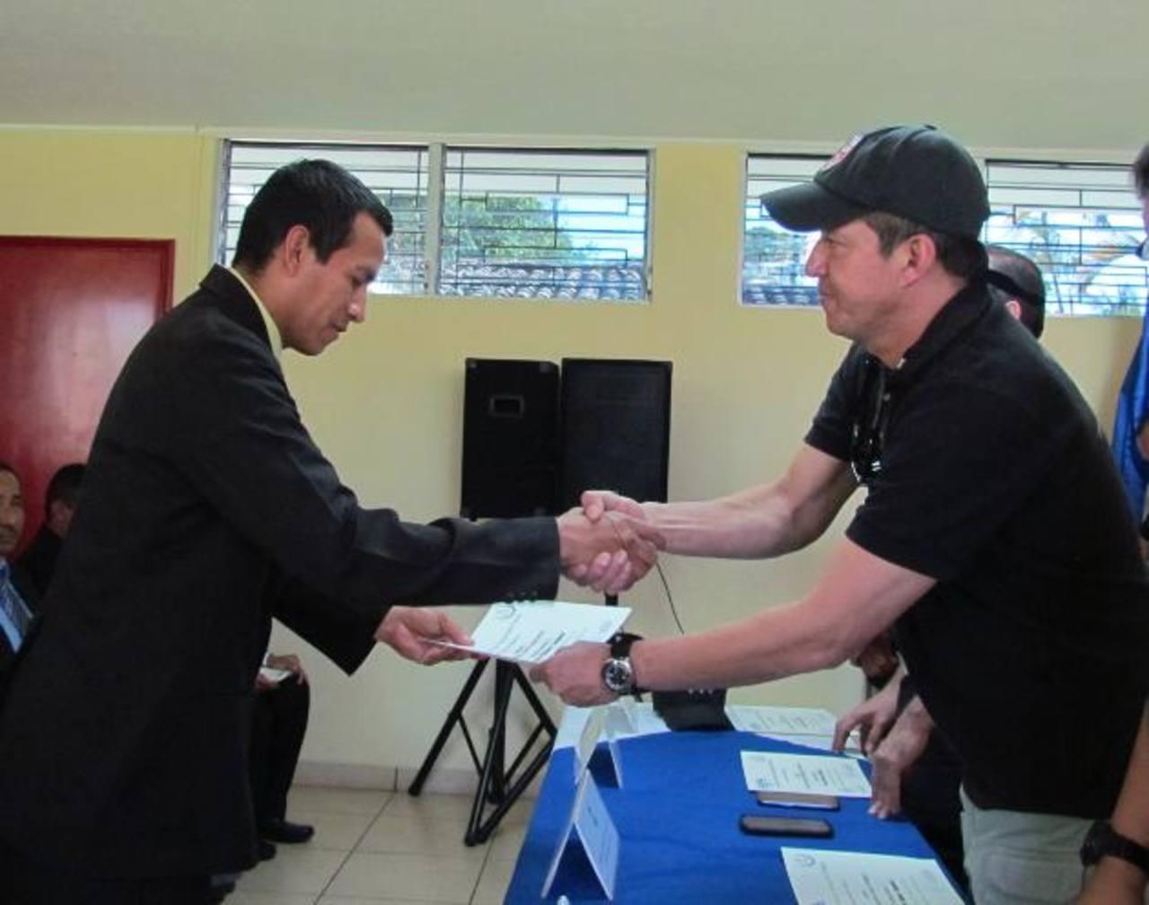 Los agentes durante la clausura de la capitación. foto EDH / Mauricio Guevara