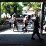 Vigilantes y un grupo de soldados retuvieron e impidieron ayer el trabajo de un periodista de EDH en la Terminal de Occidente.