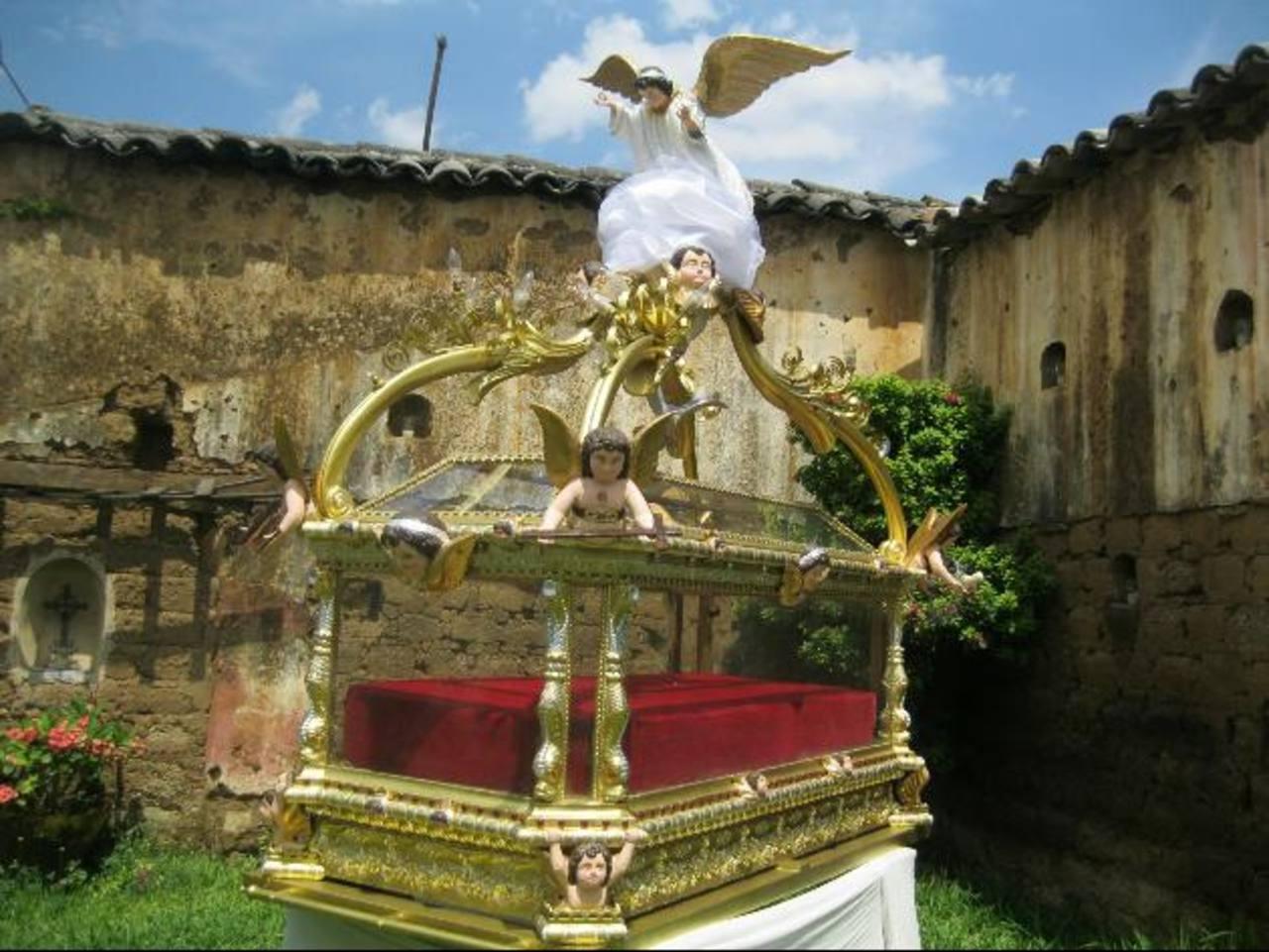 La urna que se utilizará en el Santo Entierro del templo Santiago Apóstol, de Chalchuapa, fue restaurada por el pintor oriundo del municipio Riccardo Saz. foto EDH / Iris Lima