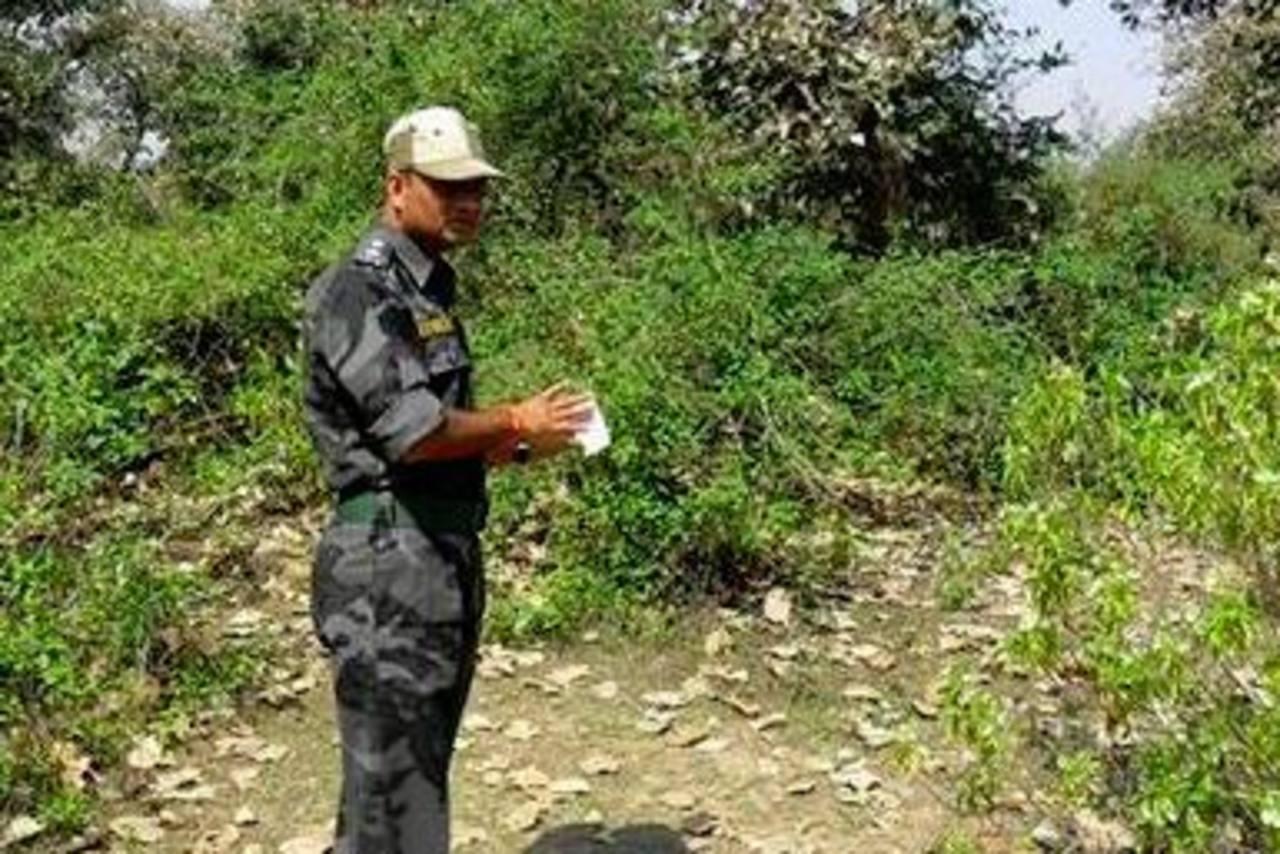 Un agente examina el lugar en que una turista suiza habría sido violada por varios hombres. Foto/ AP