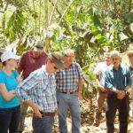 Miembros de organismos y fundaciones estadounidenses interesados en cultivo del cacao como fuente de desarrollo, en su visita a la finca Cuyancúa, Izalco. foto edh/cortesía