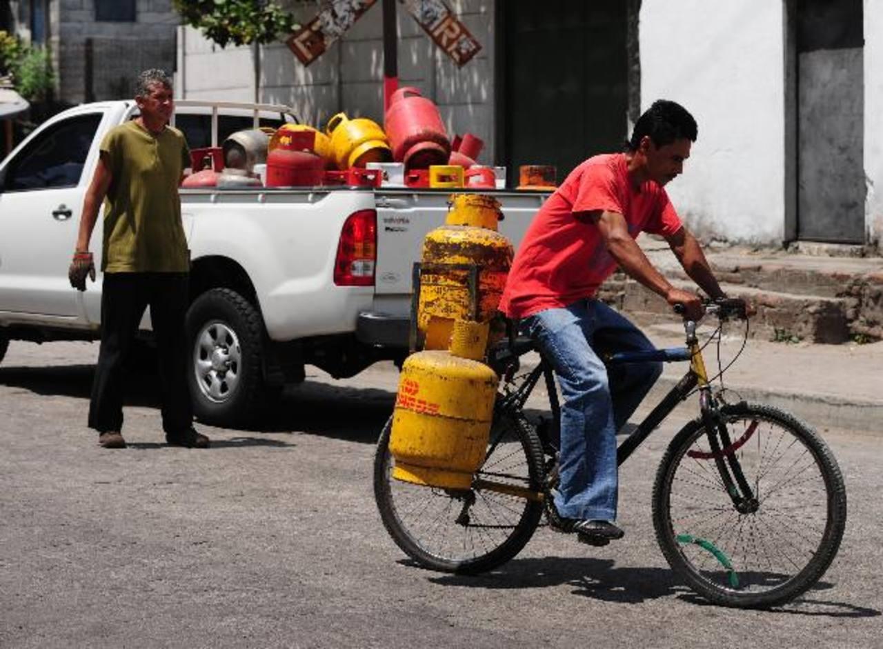 El subsidio se entregará por consumo, cada vez que las familias compren un cilindro de gas. foto edh/archivo