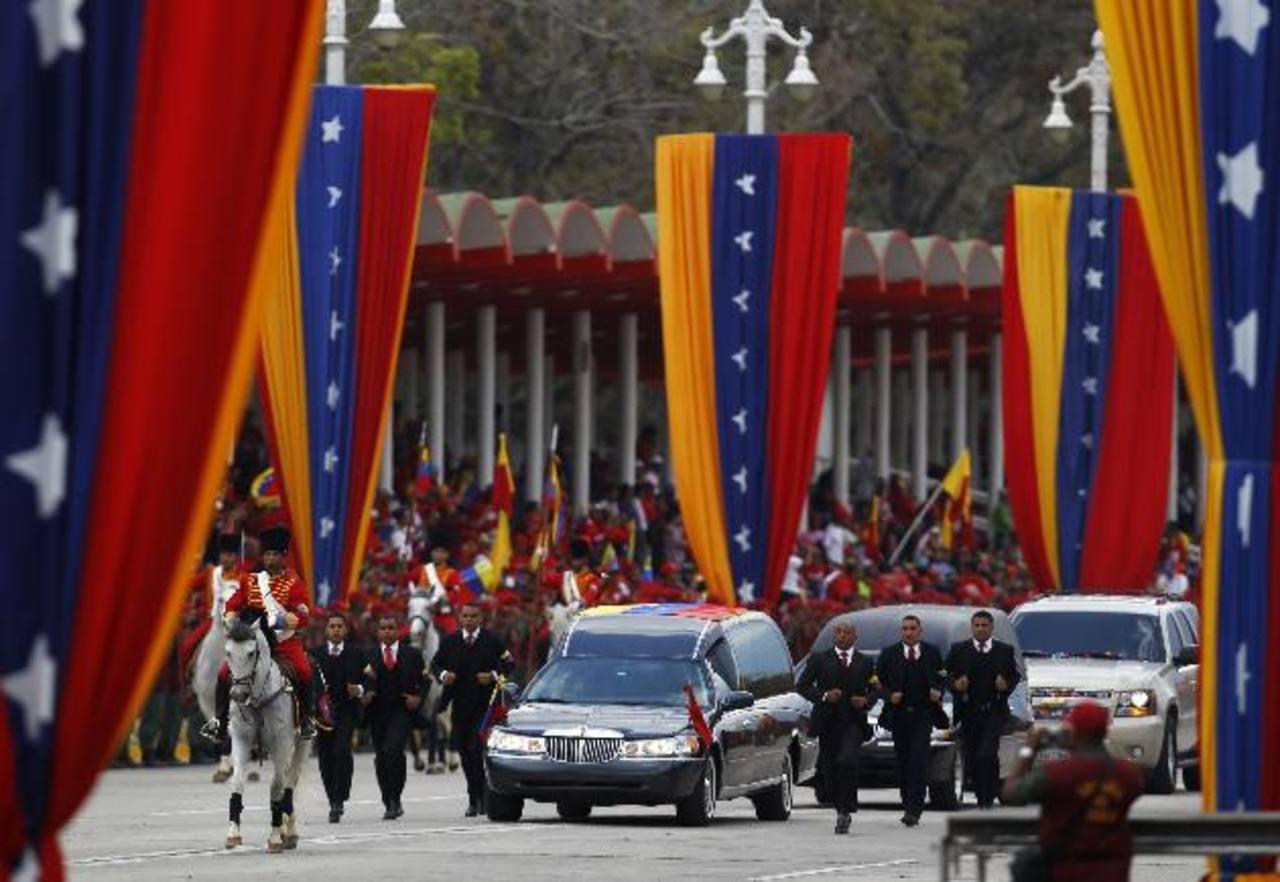 El cadáver del presidente Hugo Chávez fue trasladado ayer de la Academia Militar al Museo de la Revolución. foto edh /Reuters