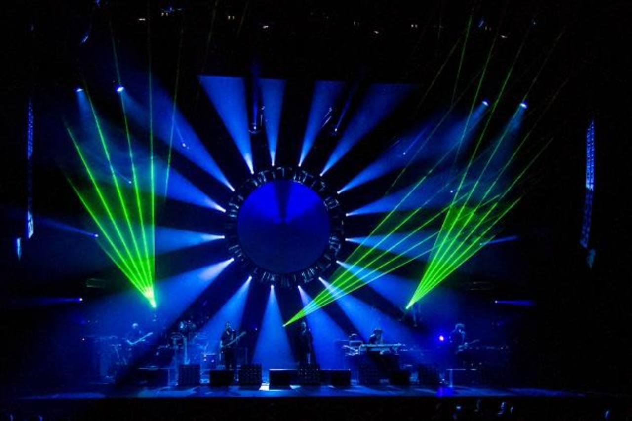 El espectáculo es acompañado con luces extravagantes y efectos visuales. Foto EDH /