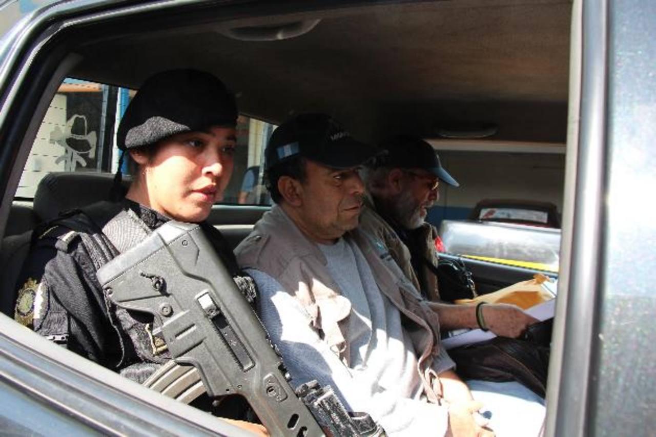 Jorge Ernesto Ulloa Sibrián, en medio, trasladado de la sede de la Policía guatemalteca hacia el aeropuerto La Aurora para ser llevado a El Salvador, donde es reclamado por las autoridades. Fotos EDH / Cortesía PNC Guatemala