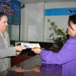 La salvadoreña atiende a un cliente de Happy Tours