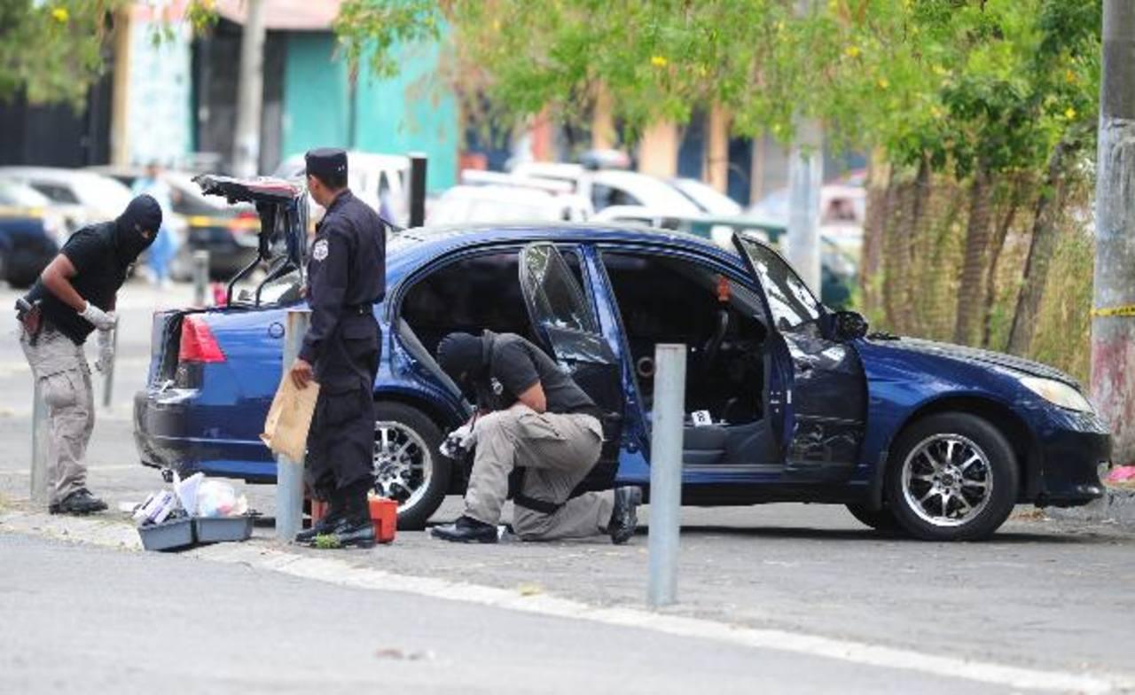 El vehículo de la víctima estuvo estacionado por más de 24 horas lo que llamó la atención de los vecinos. Foto EDH / Mauricio Cáceres.