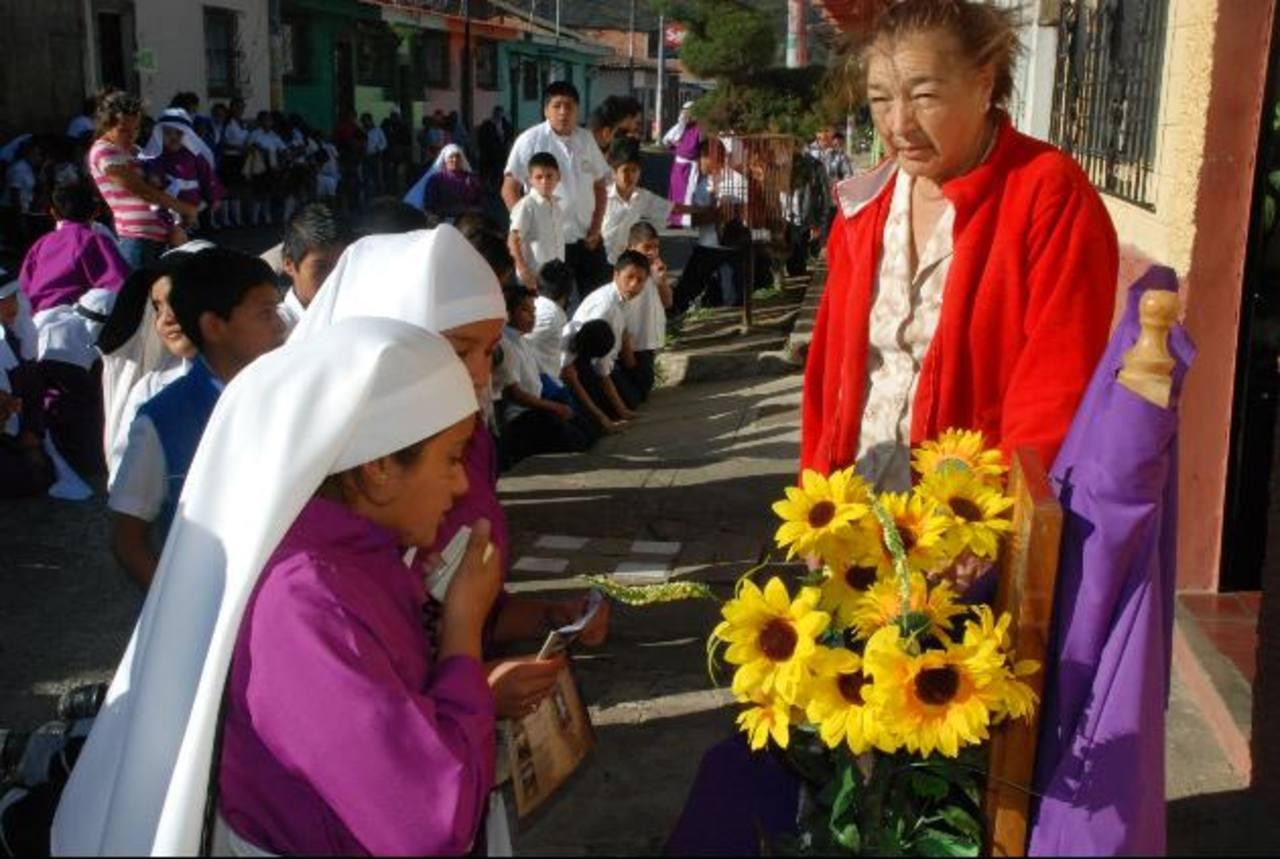 Los niños que participan en la procesión de Apaneca contaron desde este año con su propia imagen de Jesús. El año pasado no llevaron. Foto EDH / Cristian Díaz