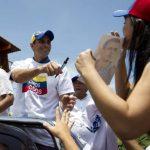 El candidato opositor, Henrique Capriles, saluda a seguidores en su visita al Estado Bolívar. foto edh / reuters