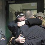 Familiares de uno de los mineros rescatados lo abrazan. Foto/ Reuters