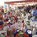 Decenas de niños participan en la Primera Jornada de Combate al Dengue en Cuscatancingo. foto edh / Un infante con síntomas de dengue permanece internado en el hospital nacional Zacamil.