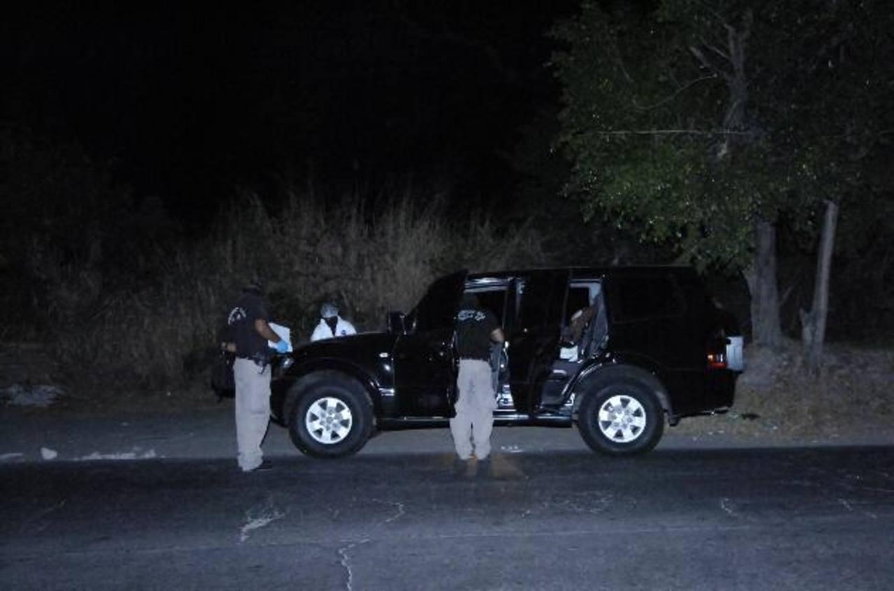 La camioneta donde llevaban a una mujer raptada quedó abandonada en Cuscatancingo. Foto EDH / René Estrada.